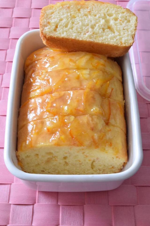 白いホーロー容器に入ったオレンジケーキ