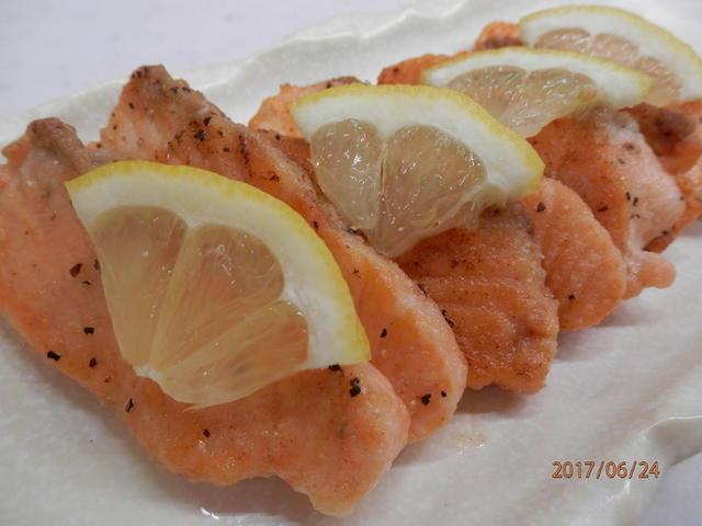白いお皿に盛られたレモン風味の鮭ムニエル