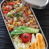 パラッと旨炒めペーストで玄米と雑穀の彩り炒飯。