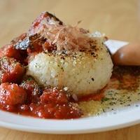 「だし×オイル」カフェメニュー!焼きおにぎりの和風トマトソースかけ