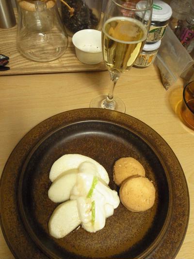 ヘルシーなお酒とお菓子の楽しみ方です。意外によく合う豆腐クリームと洋梨の一皿。