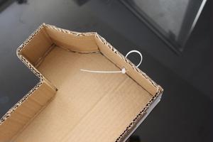 ④表面と張り合わせる前に「1」の上部中心に結束バンドで吊り下げ用フックを作っておきます。<br>