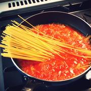 ツナ缶と玉ねぎとトマト缶とスパゲティを一緒に茹でるだけの「ツナトマスパ」が超カンタンでうまし!