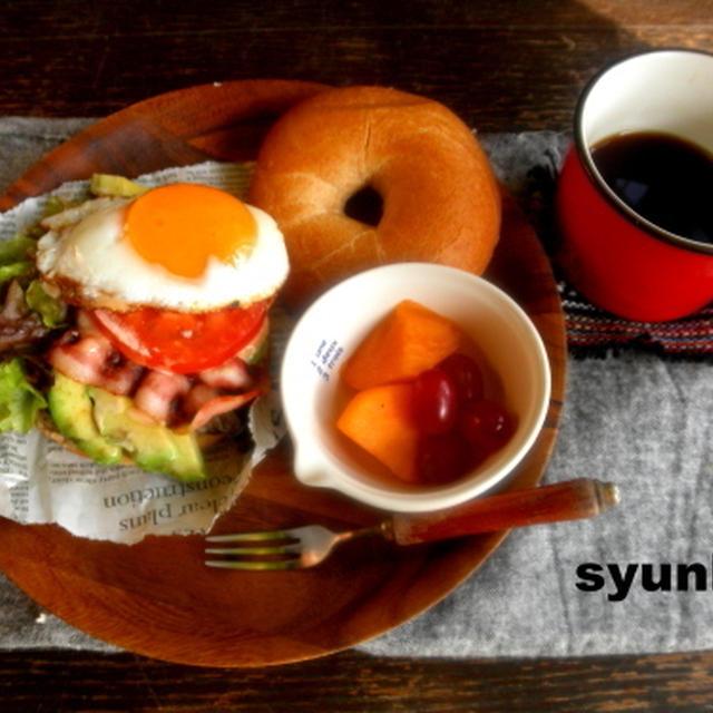【簡単!!カフェごはん】アボカド、ベーコン、トマト、目玉焼きのベーグルサンド