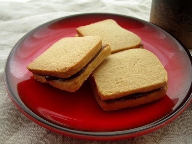 赤いおさらに乗ったきな粉サンド