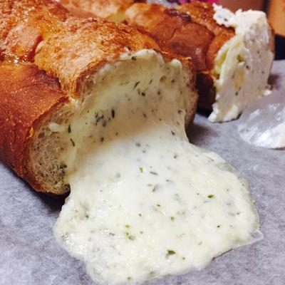ハーブチーズ in ガーリックトースト♡