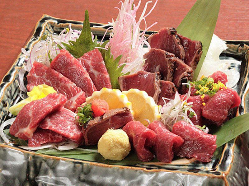 せっかくの肉の日、ちょっと珍しい肉を食べたくはないですか?そんな方におすすめしたいのが、馬刺しの本場...