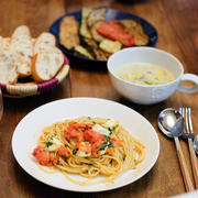 トマトとモッツァレラのパスタ、トレジョのグリル野菜、ポブラノペッパー&コーンのチャウダー、の献立。