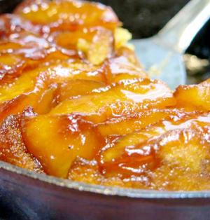 スキレットで作る、「タルトタタン」。HM(ホットケーキミックス)を使った簡単ケーキは、アウトドアでも手軽。