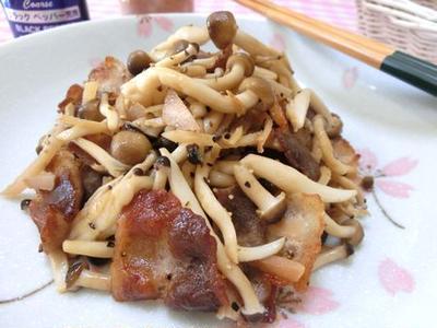 酢生姜とスパイスで減塩☆ 豚バラとシメジのブラックペパー炒め