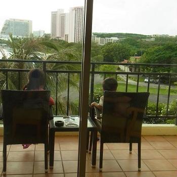 ホテル到着するなりベランダで大人お茶