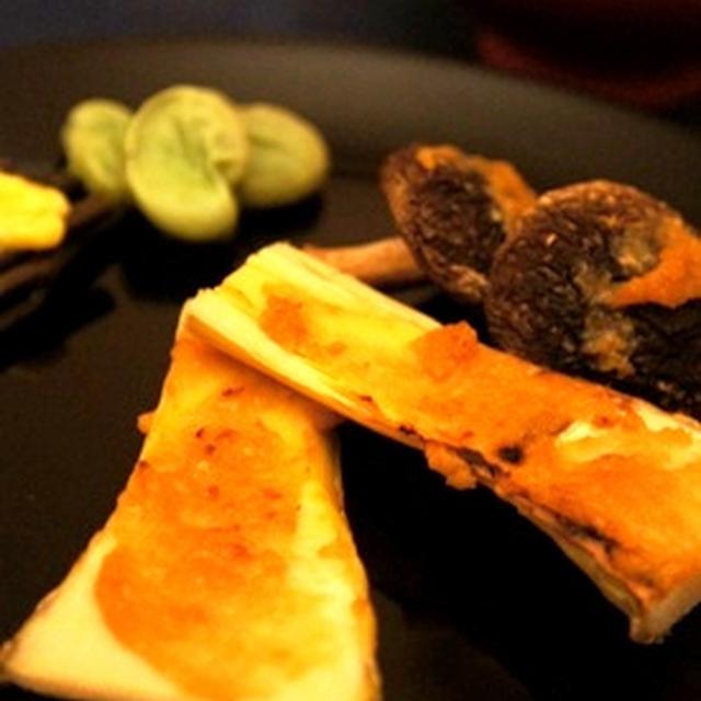 筍と椎茸の味噌炙り、桜鯛の酒〆、そして……おにぎりの燻製で〆……