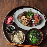 一汁四菜ごはん ◆ イカじゃが甘辛煮、ラムスペアリブの煮込み、赤カブのマリネ、おかわかめのお浸し