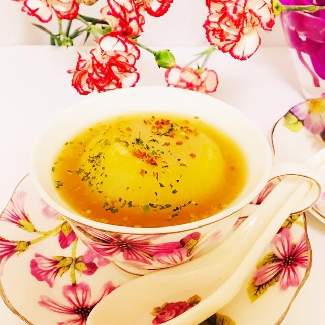 花柄の器に入った玉ねぎまるごとデトックススープ