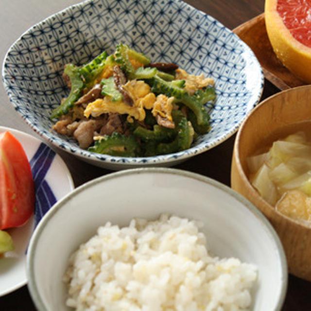 ゴーヤチャンプルー、胡瓜の中華漬け、キャベツと玉ねぎのお味噌汁の朝ごはん