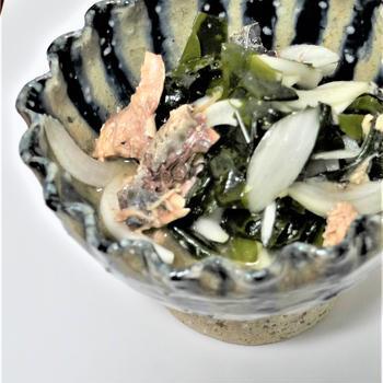 新玉ねぎとわかめと鯖缶のサラダ酢の物