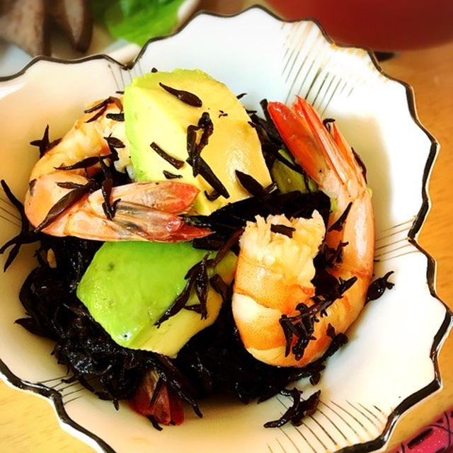 エビとアボカドのひじきマリネ。海老の茹で汁でもずく味噌汁。