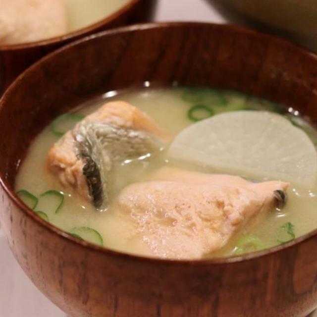 北海道産の生秋鮭で作る『旨味たっぷり、鮭と大根のお味噌汁』のレシピ*