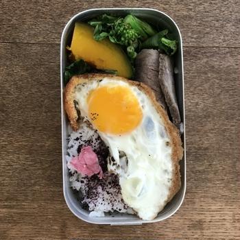 久しぶりの家弁(ローストビーフ・目玉焼き・菜の花など)