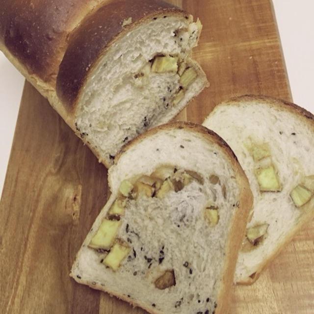 秋だなぁ。サツマイモとゴマの食パン。
