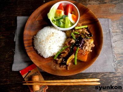 夏野菜と豚こまの甘辛酢炒めと野菜サラダでワンプレート