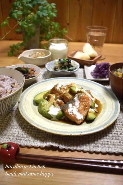 【レシピ】鮭とエリンギのアボわさマヨソース#生鮭#子供好き#魚料理#ボリュームおかず …味噌汁に入れると美味しいもの。