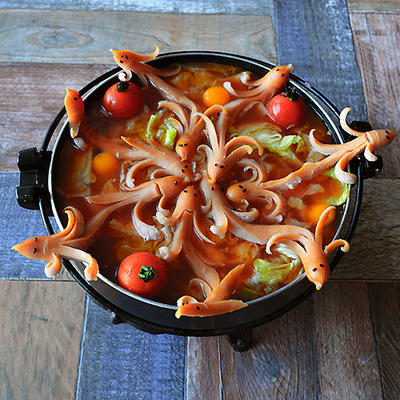 縁のソーセー人が水面に映る とろーりチーズとレタスのトマト鍋