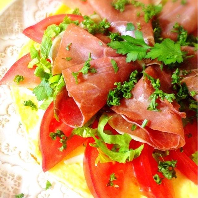 卵とチーズの生地で生ハムピザ。
