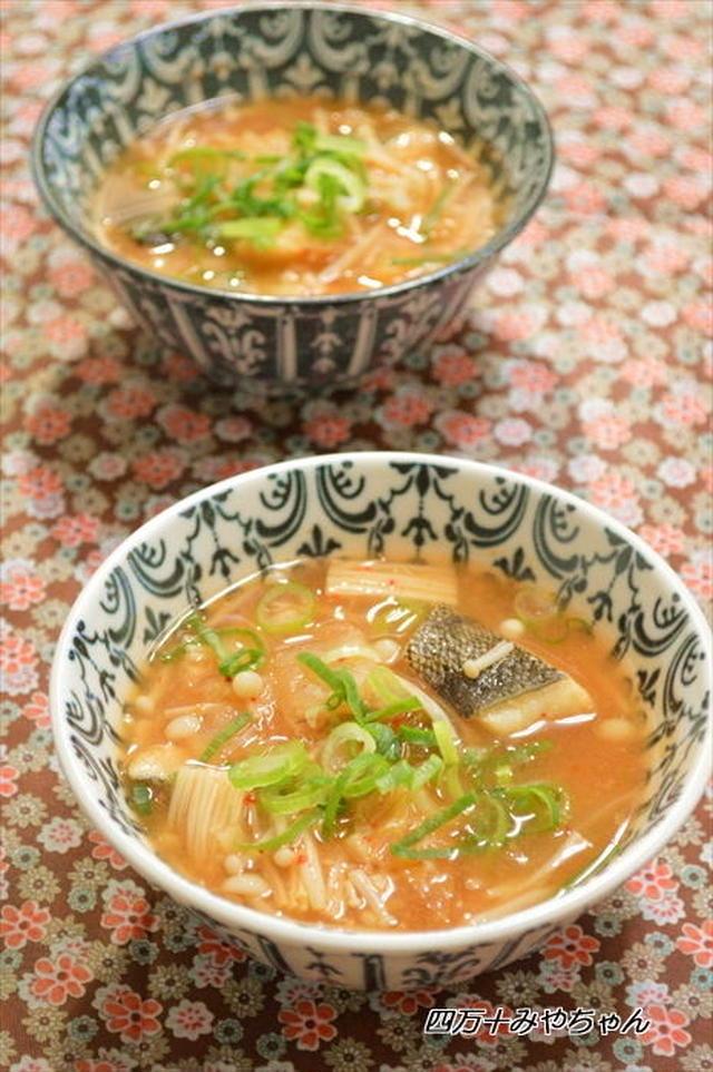 柄物のお椀に盛られている、たらとキムチの味噌スープ