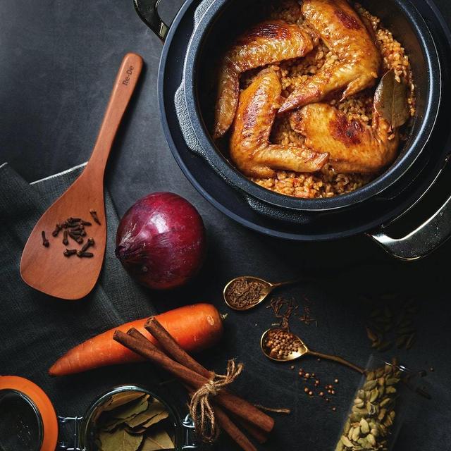 手羽とスパイスで中東風炊き込みご飯|チキンカブサ