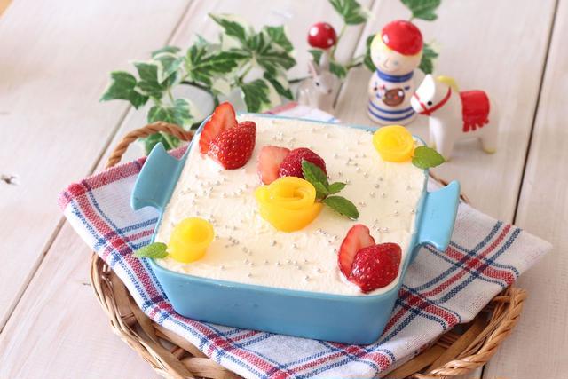 水色の器に入ったスイスケーキのスコップケーキ