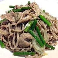 肉✖️麺  肉好き男子も納得!豚肉とニンニクの芽の蕎麦炒め