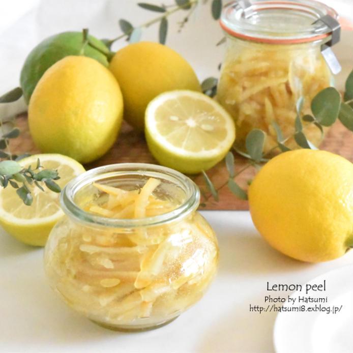 便に入ったレモンピールとレモン