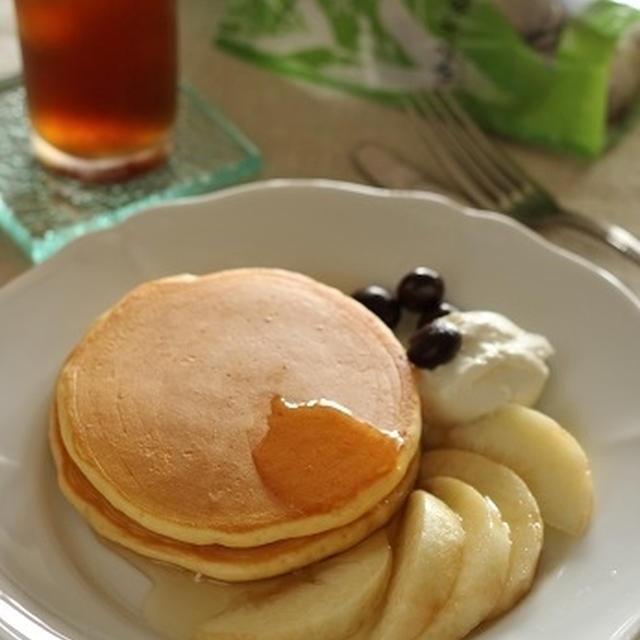 ハトムギ&レモングラスのアイスティーと、桃を添えたパンケーキ