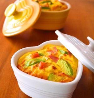 アボカドとベーコンのハートオムレツココット♪バレンタインやおひな祭りに作りたい簡単おもてなしレシピ!