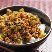 暑い日は簡単ランチがいちばん!バリエーション豊富な「そぼろ丼」レシピ
