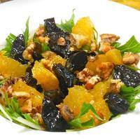 フルーティなボジョレーヌーヴォーに合う簡単おつまみ!プルーンとオレンジと胡桃のサラダ。