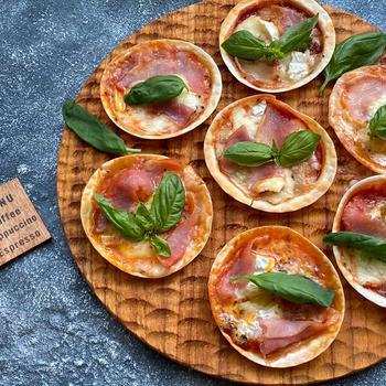 生ハムとカマンベールチーズのミニピザ