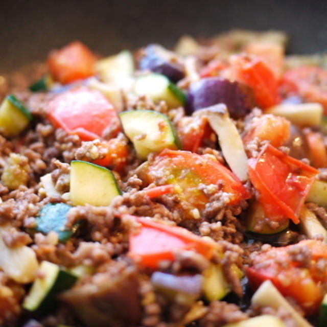 夏野菜とひき肉のエスニックホットサラダ