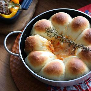 両手鍋で焼く、あつあつディップの「スキレットブレッド」