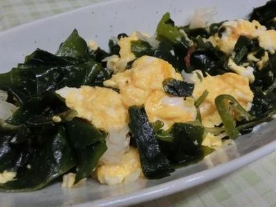 海藻ミックスでヘルシー♪ 海藻と玉子のにんにく醤油炒め