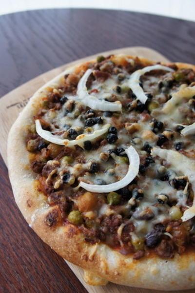 ワイルドブルーベリーとキーマカレーのピザ