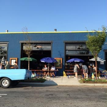 ブルックリン・グリーンポイントのルーフトップバーでマンハッタンの景色&ビールで乾杯
