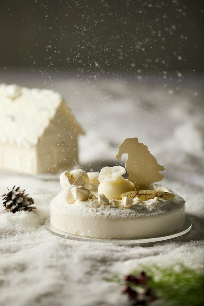 真っ白な出で立ちが美しいクリスマスケーキには、ホワイトチョコレートで出来たサンタクロースの家もセット...