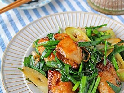 >フライパンでパパッと簡単魚料理♪レバニラ風ブリニラ炒め♪連載 by ぱおさん