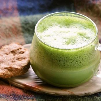 抹茶ラテで、雪景色を見ながらのおうちカフェ