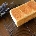 角食パンといちご丸ごとジャム。ホシノ天然酵母の食パンは香りがたまりへんな〜。