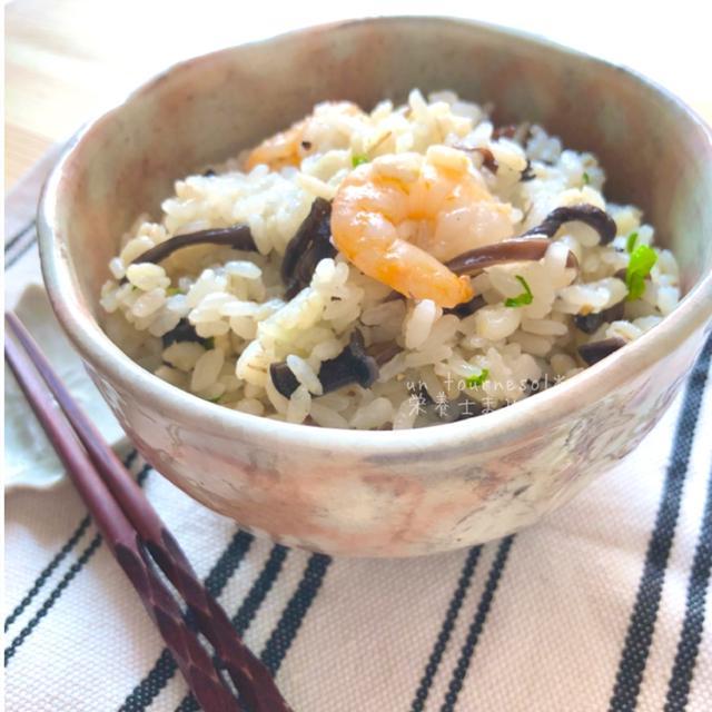 【炊飯器に入れるだけ】保存食材で免疫力アップ♪キクラゲとえびの炊き込み麦ご飯♡レシピ