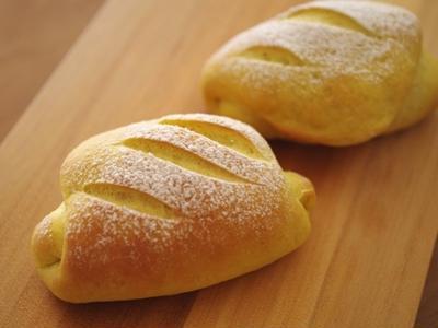 カレーチーズパン☆カレーのパン生地でチーズを巻きました