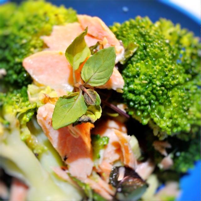 ブロッコリーと鮭、ミントの香りのサラダ